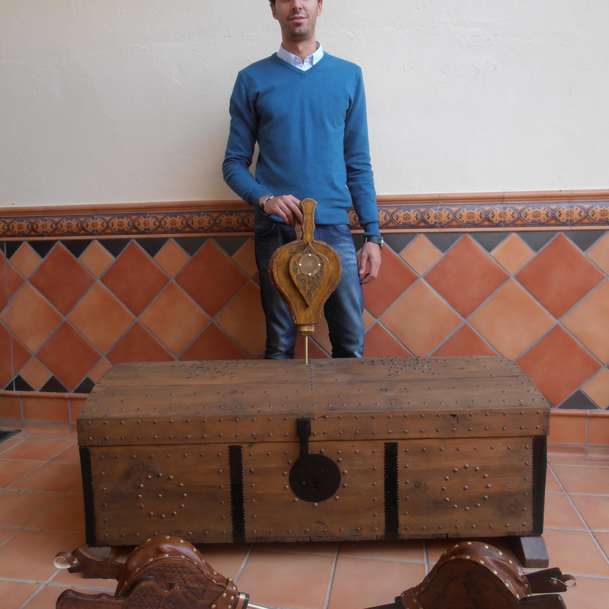 Restauración de baúl antiguo y elaboración de diversos modelos de fuelles