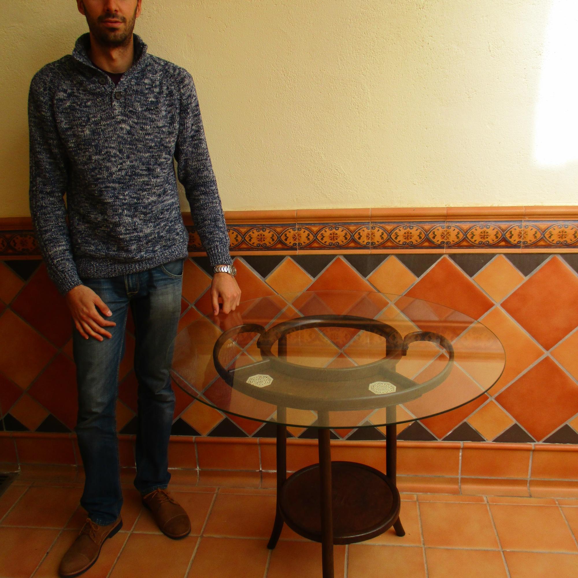 Mesa elaborada con un palanganero restaurado